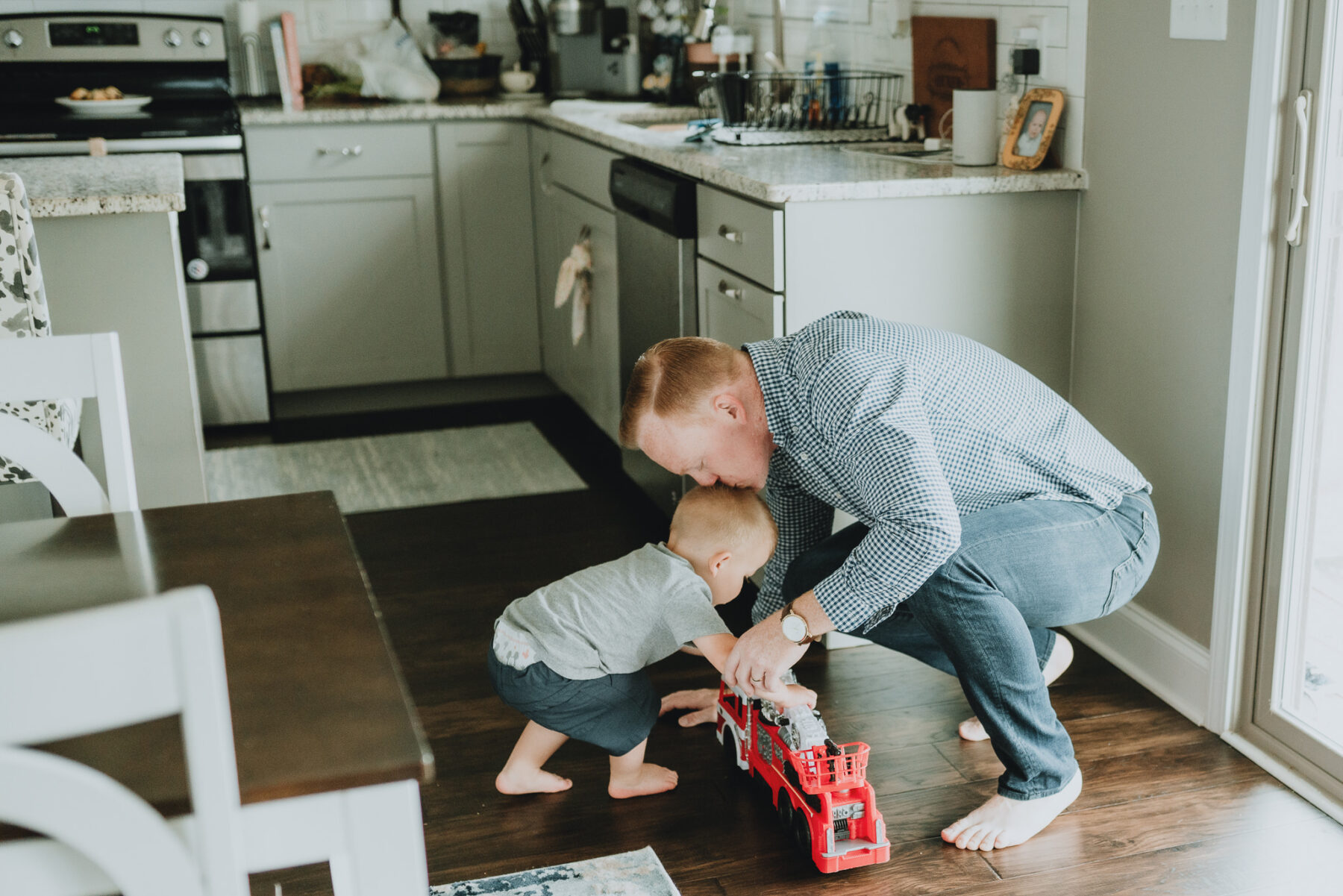 Dad kissing sons head | In-home family session by Five Pence Photography | Nashville Baby Guide